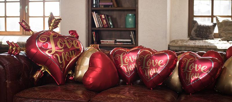 Valentinstag---Herzballons-auf-Retrocouch