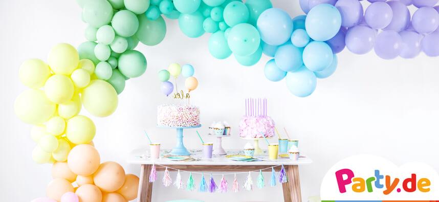 Pastell bunte Ballongirlande über einer Candybar