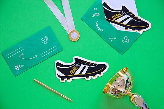 Fußballschuh Einladungskarten mit Medaille und Pokal
