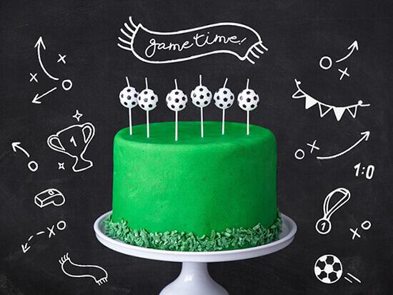 grüne Fußball Motiv torte mit Fußballkerzen