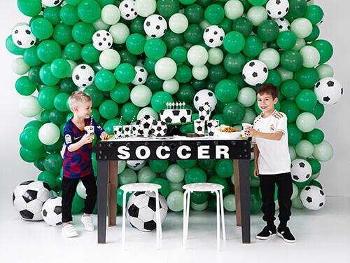 Zwei Jungs auf einem Fußballgeburtstag Kickertisch