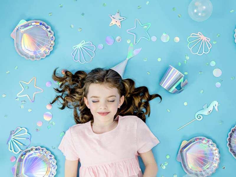 Mädchen mit Meerjungfrauen Kindergeburtstag Deko