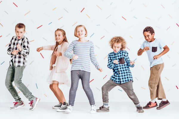 Tanzende Kinder mit Konfetti