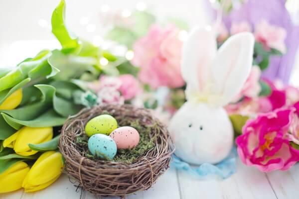 Osterei Deko mit Hasen und Blumen