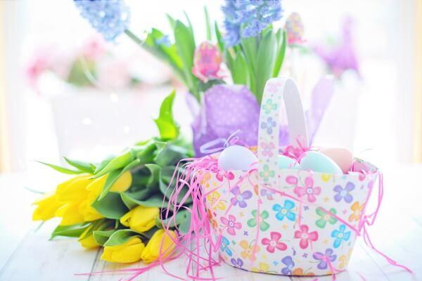 Blumen und Osterkorb